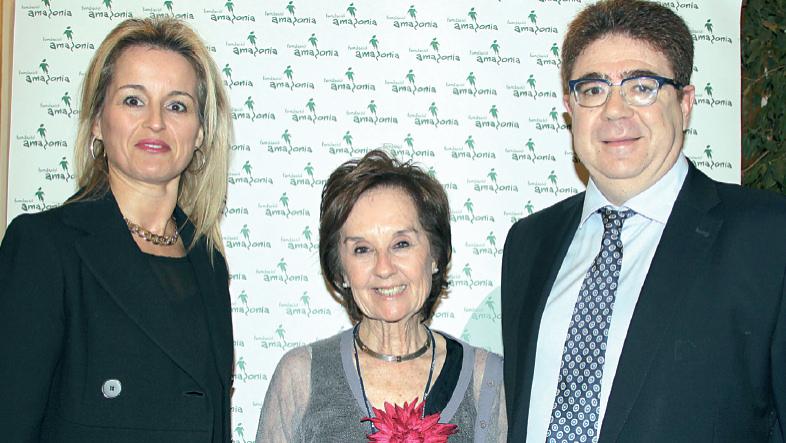 El doctor Antoni Bennasar y su esposa Dolores Caldentey flanquean a la doctora Román. El doctor Bennasar adquirió en la subasta benéfica una raqueta firmada por Rafa Nadal y que llegó a estar valorada en 500 euros.