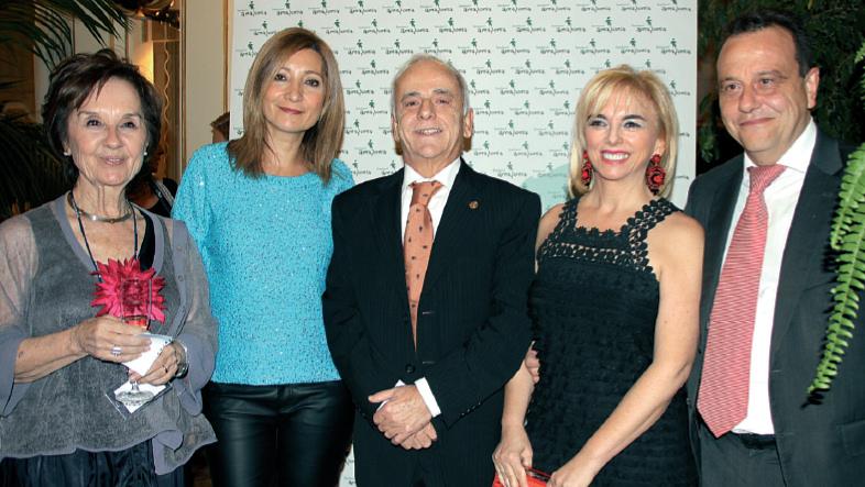 Desde la derecha, el fiscal Pedro Horrach y su esposa, José Guerrero y esposa acompañan a la doctora Román momentos antes de la cena benéfica y gala de la Fundación Amazonia.