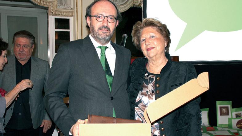 Antonia Fluxá recibe de manos de Raimundo Fortuny el galardón otorgado a su hermano Lorenzo Fluxá.