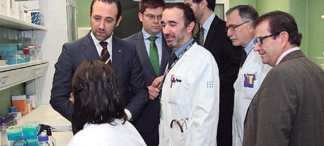 José Ramón Bauzá, durante su visita al nuevo centro de investigación médica.