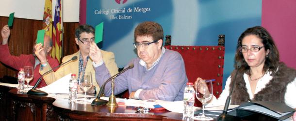 Mesa presidencial de Asamblea General Ordinaria de Colegiados del Col·legi Oficial de Metges de les Illes Balears.