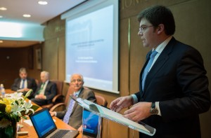Martí Sansaloni, consejero de Salud de Baleares, durante su intervención, en presencia de Alfredo Milazzo, presidente de Ad Qualitatem, Miguel Carrero, presidente de PSN, y Miguel Triola, vicepresidente segundo de PSN.