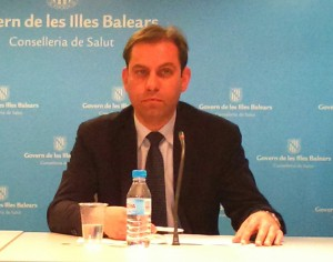 El conseller Martí Sansaloni, con el director de Farmacia, César Vicente
