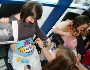 Taller de 'pintado de barrigas' celebrado a la entrada del hospital durante la jornada.