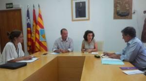 Un momento de la reunión de la consellera Fina Santiago con los representantes del Consell de Formentera