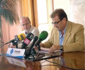 El rector de la UIB, Llorenç Huguet y Félix Grases, director del Institut Universitari d'Investigació en Ciències de la Salut (IUNICS)