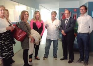 La consellera Patricia Gómez y Juli Fuster, director del IbSalut, con personal del Hospital Psiquiátrico.