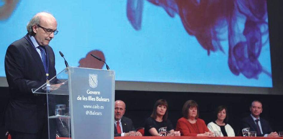El doctor Oriol Bonnín leyó muy emocionado su discurso emocionado de agradecimiento por el galardón recibido.