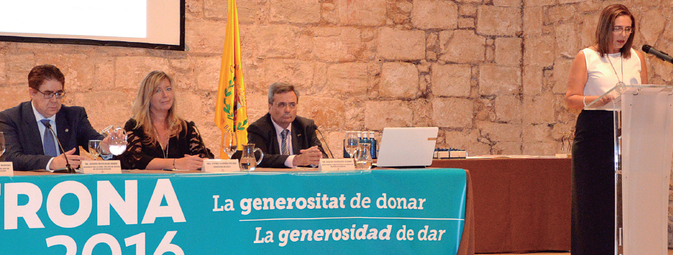 Antoni Bennasar, Patricia Gómes y Rafael Matesanz, escuhan a Manoli García Romero.