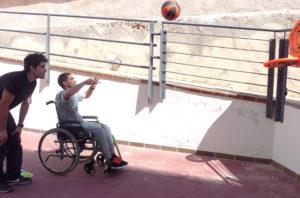 Un profesional de la Unidad atiende a un paciente mientras practica rehabilitación mediante el deporte.