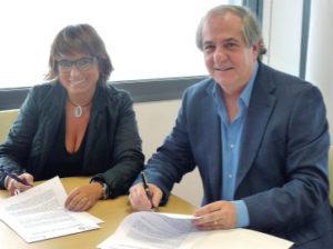 Joan Carulla y Roser Fernández, firmando el convenio.